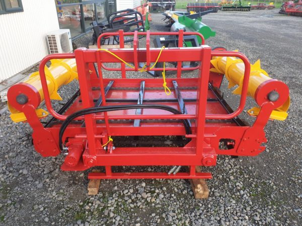 bale feeder to feed out silage or hay to farmers stock