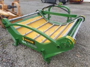 bale feeder to feed silage and hay to farmers stock or cattle